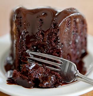 Receitinhas de Inverno: bolo de chocolate quente com calda de brigadeiro