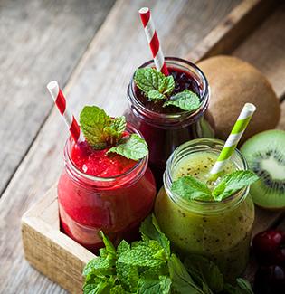 Quatro receitas de bebidas detox para turbinar o seu dia