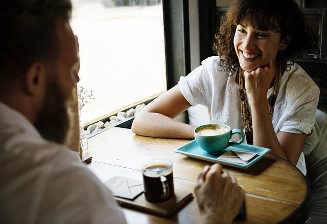casal-conversando-talking-people-coliving