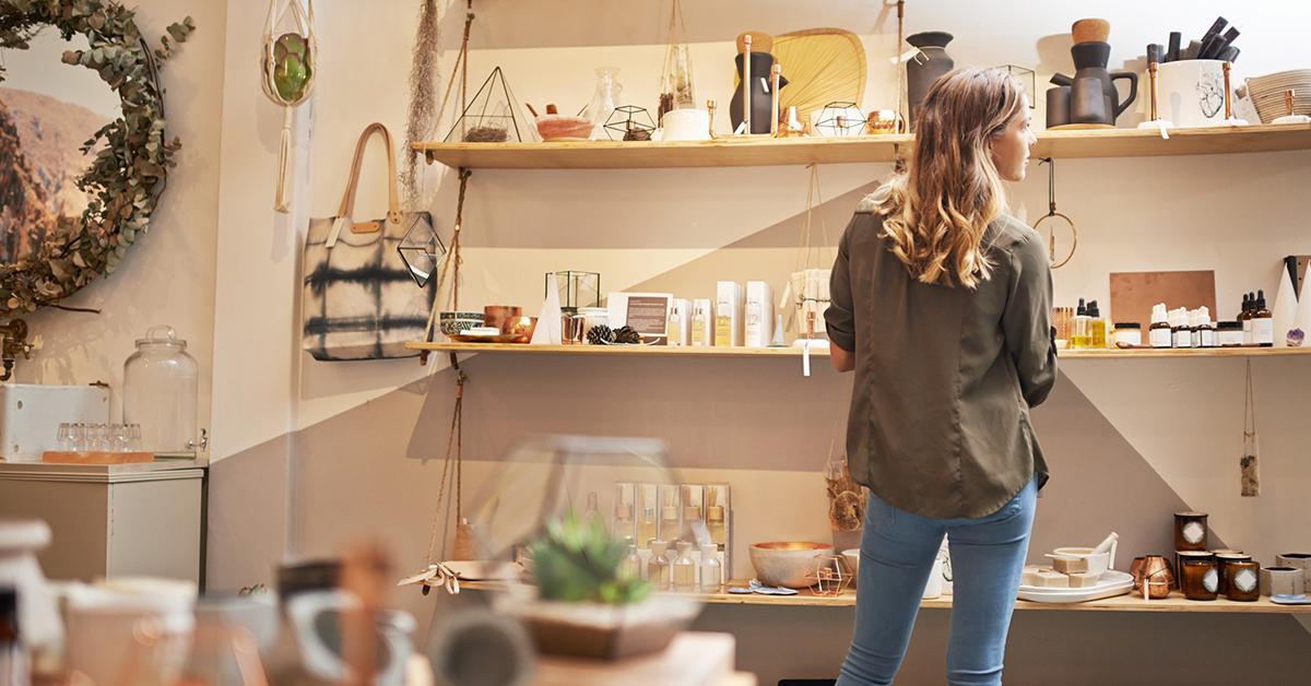 mulher organizando e selecionando itens em uma prateleira em uma sala bonita com muitos itens de decoração