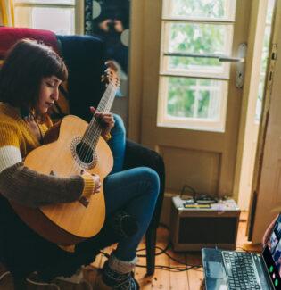Quarentena musical: aprendendo a tocar instrumentos em casa